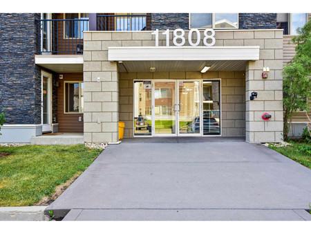 109 11808 22 Av Sw - Living room 3.4 m x 3.4 m