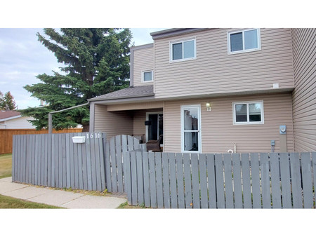 1616 Lakewood Rd W Nw - Primary Bedroom 3.23 m x 3.53 m