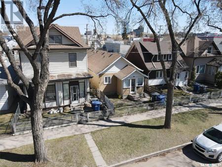 216 E Ave S in Saskatoon, SK : MLS# sk859140